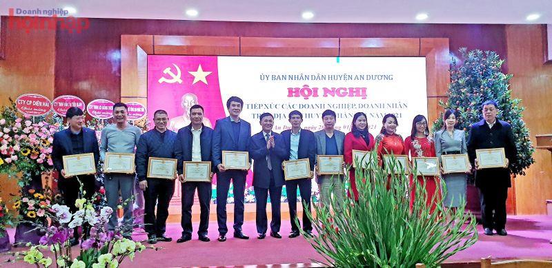 Phó chủ tịch Phụ trách UBND huyện An Dương Lê Văn Cường trao bằng khen các DN