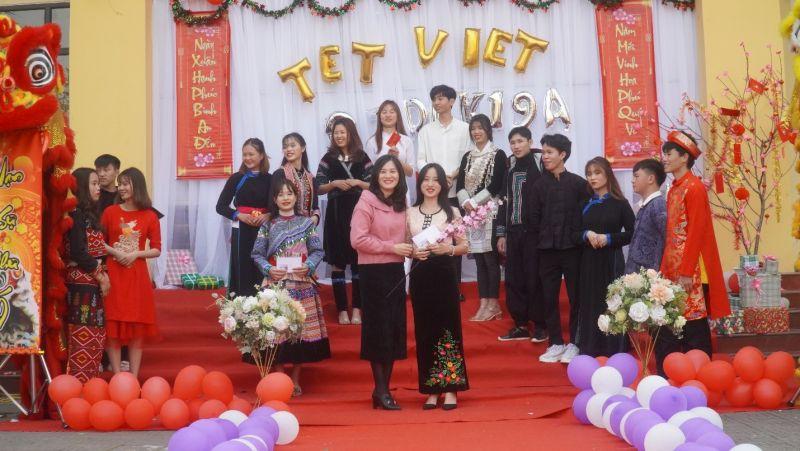 Cô Đồng Thị Huyền – Giáo viên chủ nhiệm lớp (Hàng trên bên trái)