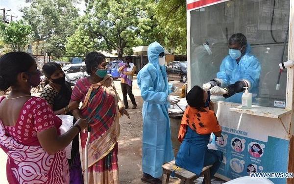 Người dân xếp hàng chờ xét nghiệm Covid-19 tại một trung tâm y tế ở thành phố Hyderabad, Ấn Độ