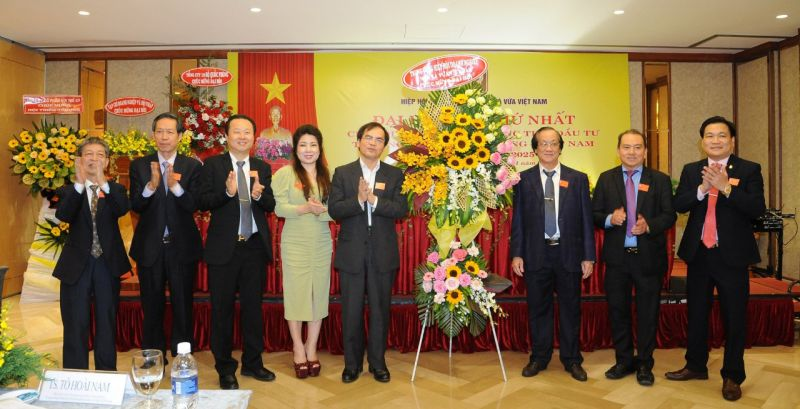 TS Tô Hoài Nam - Phó Chủ tịch Thường trực kiêm Tổng thư ký Trung ương Hội tặng hoa chúc mừng Đại hội
