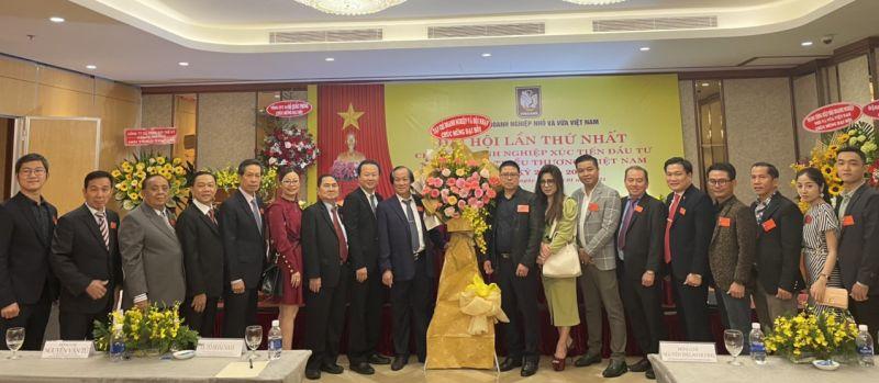 Ban biên tập Tạp chí DN&HN tặng hoa chúc mừng Đại hội