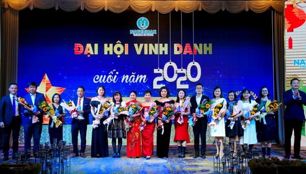 Ông Nguyễn Tất Tùng – CT HĐTV và Ông Nguyễn Bá Hà – TGĐ Natrumax trao bảng Vinh danh đến các NPP và TĐL xuất sắc năm 2020.