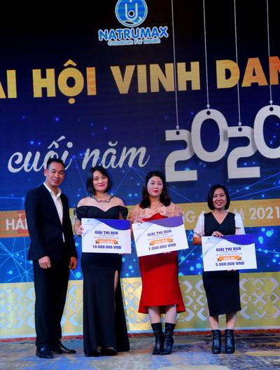 Ông Phạm Văn Bách - P.TGD phụ trách kinh doanh khu vực miền Trung trao giải Thi đua cho các tập thể Xuất sắc.