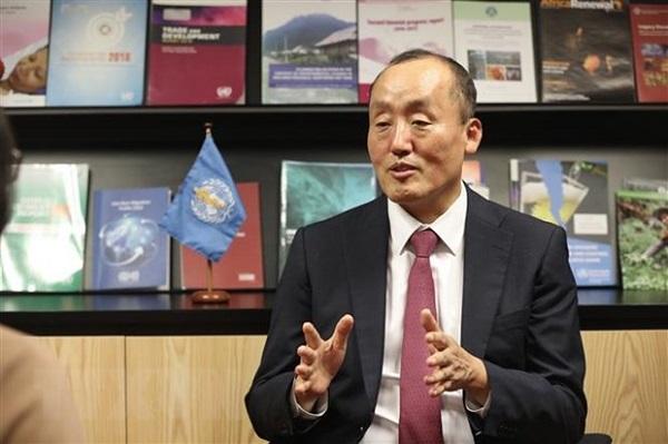 Tiến sỹ Kidong Park - Trưởng Đại diện WHO tại Việt Nam, trả lời phỏng vấn của phóng viên TTXVN