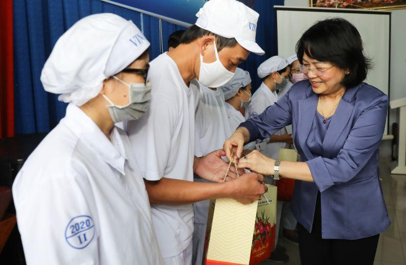 Phó Chủ tịch nước trao quà Tết cho người lao động và con em của nhân viên nhà máy sữa Vinamilk tại Bình Dương.