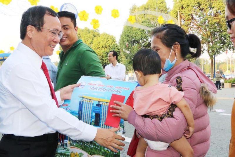 Ông Trần Văn Nam - Ủy viên Trung ương Đảng, Bí thư Tỉnh ủy, Trưởng Đoàn Đại biểu Quốc hội tỉnh trao những phần quà, những lời động viên, đến từng người, từng nhà, bảo đảm mọi nhà, mọi người đều được vui Tết