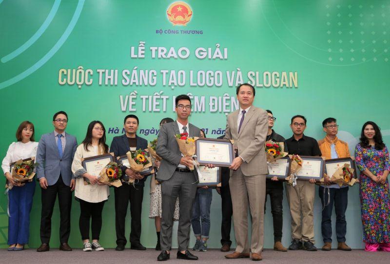 """Giải Nhất trị giá 50 triệu đồng đã được trao cho tác giả Nguyễn Duy Thành đến từ Hà Nội với thiết kế logo kèm slogan """"Tiết kiệm điện thành thói quen"""""""