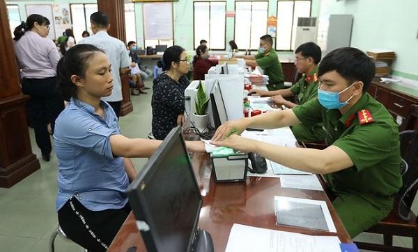 Công dân làm thủ tục cấp Thẻ căn cước công dân tại Cơ quan Công an