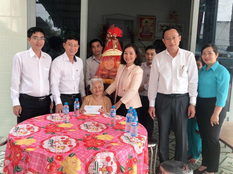 Bà Trương Thị Bích Hạnh (thứ 3 từ phải sang), Ủy viên Thường vụ, Trưởng ban Tuyên giáo Tỉnh ủy, tặng quà tết mẹ Việt Nam anh hùng Võ Thị Phận tại khu phố 4, phường Mỹ Phước, TX.Bến Cát