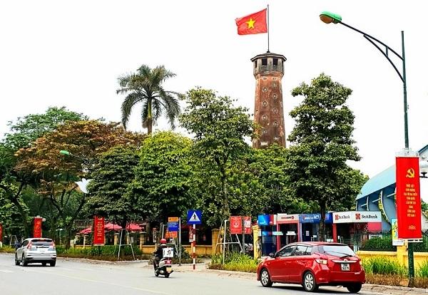Cờ và hoa được trang hoàng trên khắp các tuyến phố của Thủ đô Hà Nội, chào mừng Đại hội Đại biểu toàn quốc lần thứ XIII của Đảng