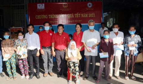 Chợ Tết nhân đạo 2021 và trao quà cho người nghèo ở Kiên Giang