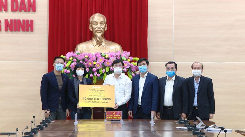Tập đoàn Sun Group trao tặng tỉnh Quảng Ninh 10.000 test nhanh Covid-19