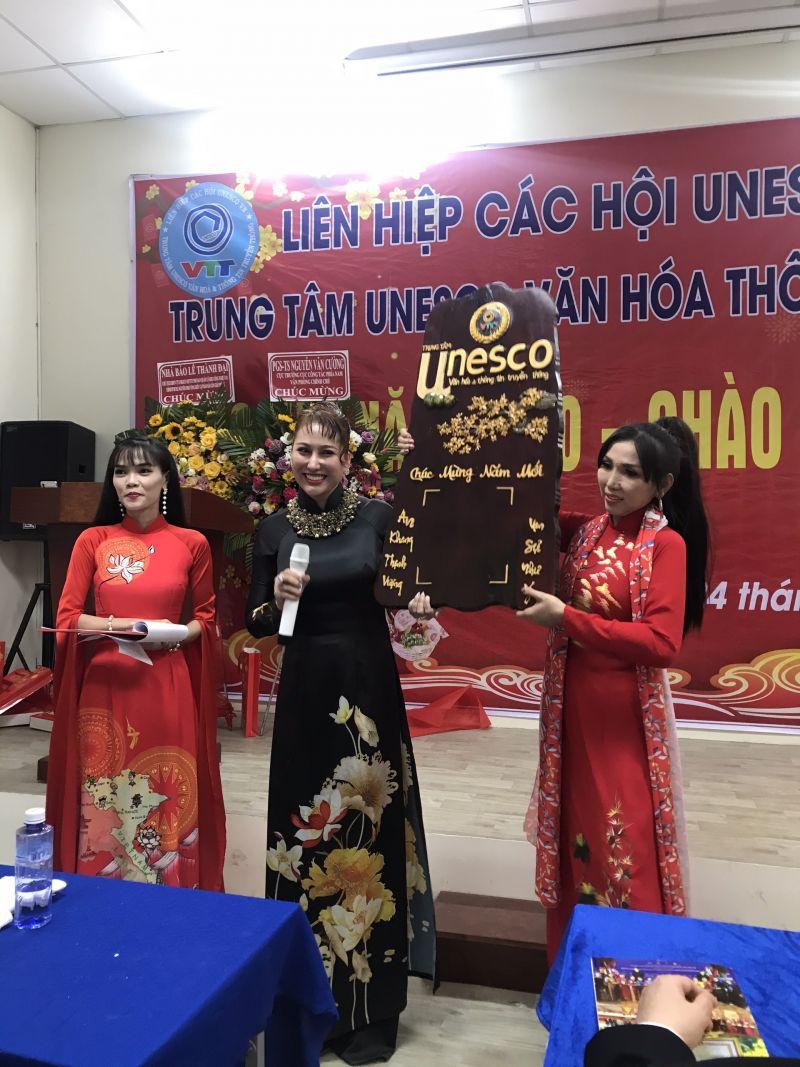 Cựu siêu mẫu, diễn viên Phi Thanh Vân, giới thiệu với các đại biểu tham dự Bức tranh đấu giá bằng gỗ do Người khiếm thị ở vùng Tây Nguyên chế tác ra