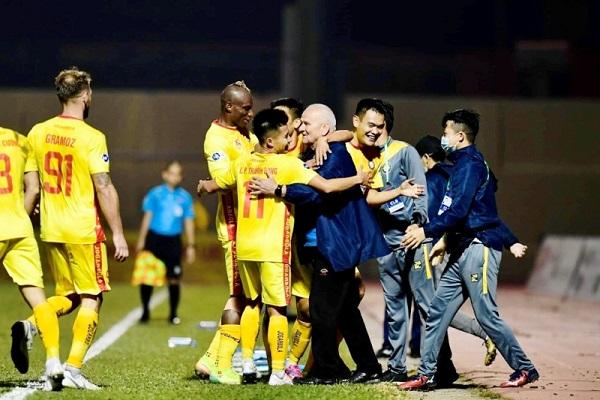 HLV Petrovic (giữa) vui mừng với chiến thắng đầu tiên của Đông Á Thanh Hoá