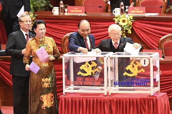 Các đồng chí lãnh đạo Đảng, Nhà nước bỏ phiếu bầu Ban Chấp hành Trung ương khóa XIII