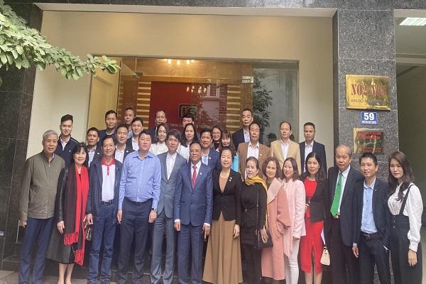Đoàn Hiệp hội Doanh nghiệp tỉnh Thanh Hóa chụp ảnh lưu niệm tại Công ty TNHH Xây dựng và thương mại Lam Sơn