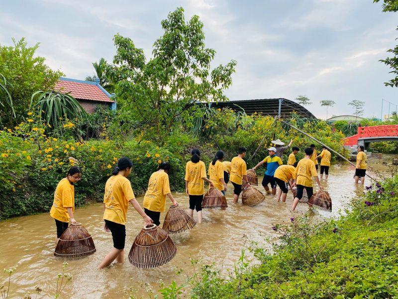 Ảnh 3 Du khách trải nghiệm úp nơm bắt cá tại khu du lịch Quảng Ninh GATE.