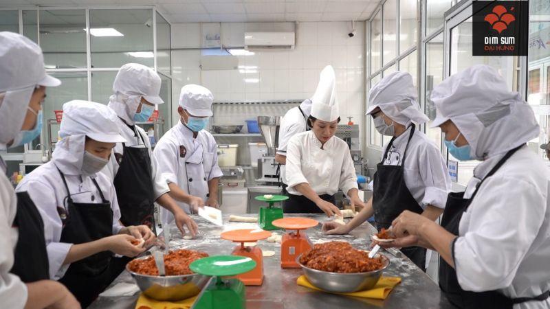 Hiện nay, chị Dung là chuyên gia Dimsum duy nhất tại Việt Nam. Từ khâu lựa chọn nguyên liệu cho vỏ, nhân, rồi đến cách thức tạo hình vỏ Dimsum đòi hỏi sự khéo léo, sáng tạo, tỉ mẩn.