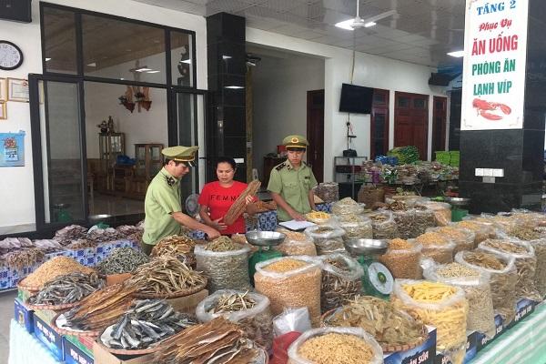 Cục Quản lý thị trường tỉnh Thanh Hóa tăng cường kiểm tra việc kinh doanh buôn bán hàng tiêu dùng trên địa bàn