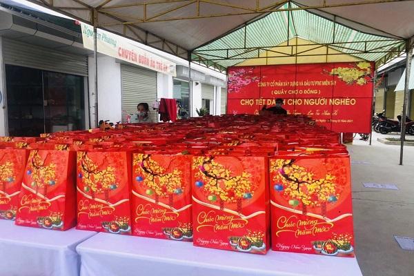 Hơn 600 suất quà là các mặt hàng nhu yếu phẩm như gạo nếp, bánh kẹo, mứt, mì chính, đường,… đã được trao cho người nghèo trên địa bàn 21 xã của huyện Thọ Xuân, tỉnh Thanh Hóa