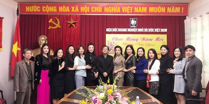 Các thành viên Chi hội nữ Doanh nhân doanh nghiệp nhỏ và vừa Việt Nam chụp ảnh lưu niệm cùng lãnh đạo VINASME