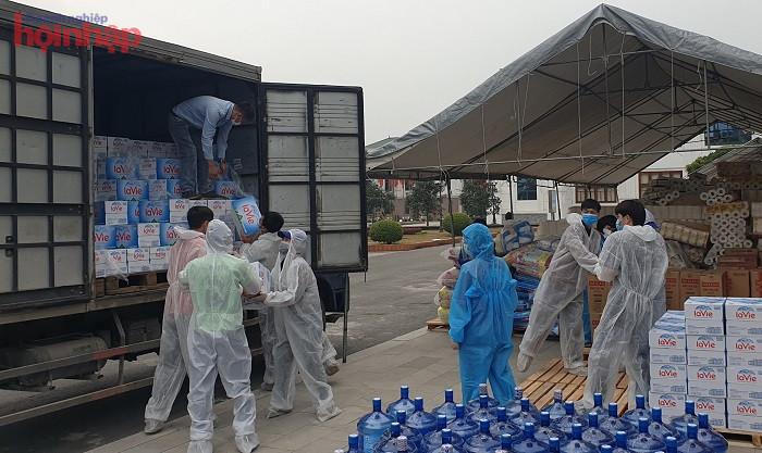 Công ty TNHH La Vie phối hợp với Hội LH Phụ Nữ tỉnh Hải Dương để hỗ trợ nước khoáng đến một số nơi cách ly tại thành phố Chí Linh ngày 4/2.