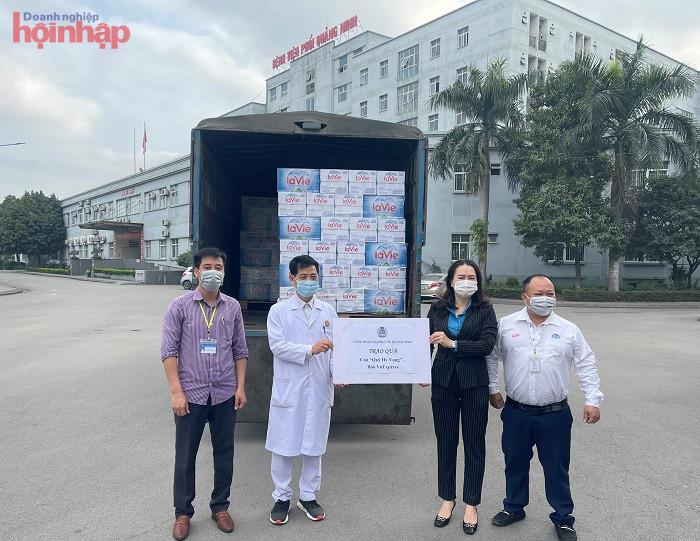 La Vie phối hợp với Quỹ Hy Vọng để hỗ trợ nước khoáng đến Bệnh viện Phổi Quảng Ninh.