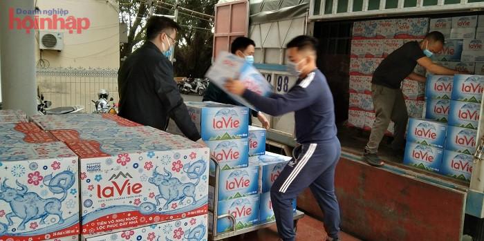 Nước khoáng La Vie được chuyển đến Sở Y tế tỉnh Quảng Ninh để hỗ trợ các bệnh viện điều trị bệnh nhân Covid-19.