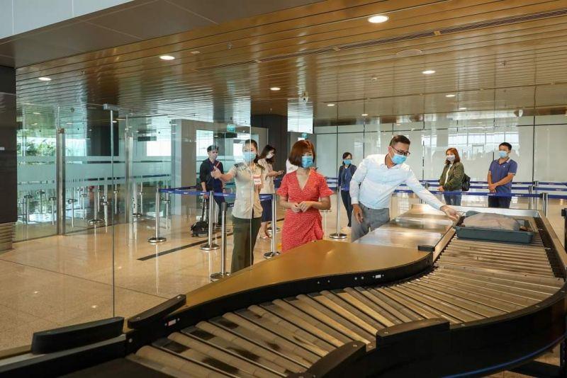 Cán bộ, nhân viên Cảng HKQT Vân Đồn nghiêm túc thực hiện và tuyên truyền cho hành khách về các biện pháp phòng chống dịch Covid-19