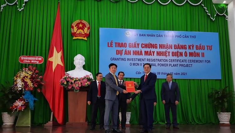 Ông Dương Tấn Hiển, Phó chủ tịch UBND TP. Cần Thơ (bên phải) trao Giấy chứng nhận đăng ký đầu tư cho đại diện nhà đầu tư Dự án Nhà máy Nhiệt điện Ô Môn II