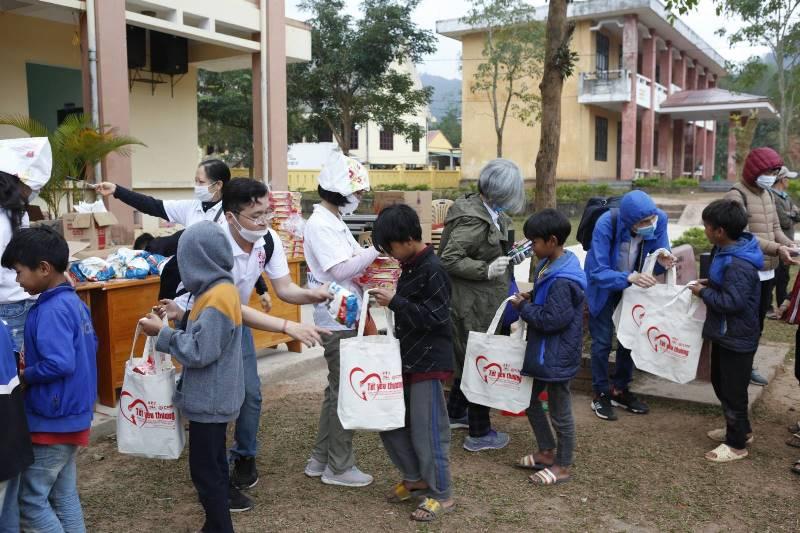 Học sinhTrường Trung học nội trú huyện Bố trạch và Trường Tiểu học số 2 xã Thượng Trạch, huyện Bố Trạch xếp hàng nhận quà tặng quà từ YDA VIỆT NAM.