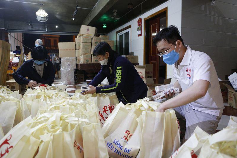 Đoàn thiện nguyện chuẩn bị tập kết 570 suất quà ý nghĩa và phong bao lì xì 500 ngàn đồng tặng cho mỗi em học sinh tại các điểm trường.