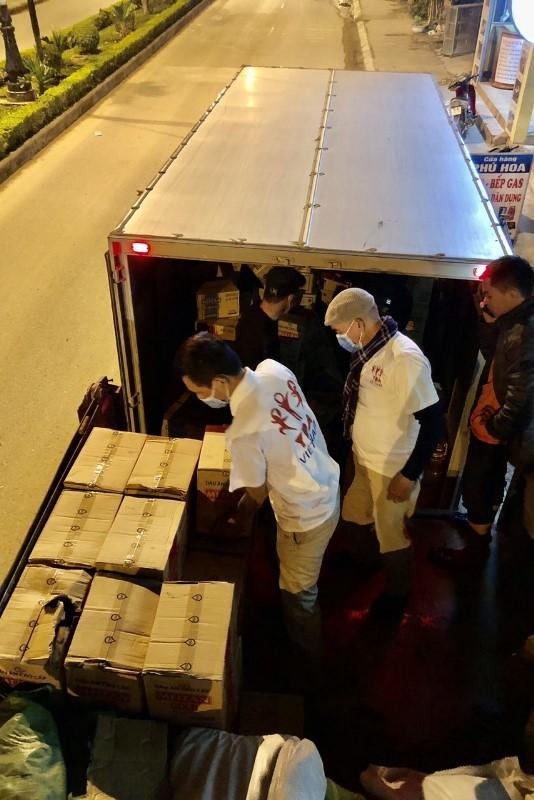 Quà tặng, các nhu yếu phẩm vận chuyển bằng xe tải chạy từ Hà Nội vào Quảng Bình và tiếp tục đi lên các xã Thượng Trạch, Tân Trạch. Điểm trường 61 Thượng Trạch chỉ cách biên giới Việt Lào 6km.