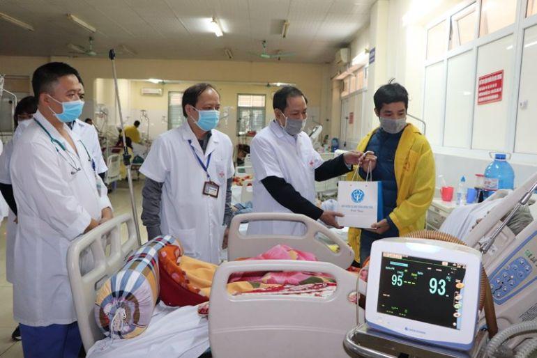 """Ngành BHXH trao tặng """"Tết ấm"""" cho bệnh nhân BHYT có hoàn cảnh khó khăn"""