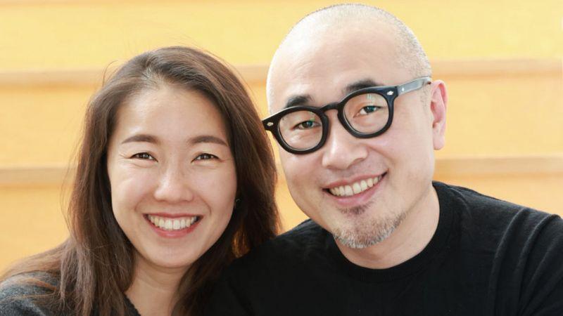 Ông Kim Bong-jin, Giám đốc điều hành của đơn vị vận hành ứng dụng giao đồ ăn hàng đầu tại Hàn Quốc Woowa Brothers Corp. (công ty mẹ của Baemin) bên cạnh người vợ của mình. (Ảnh: Yonhap).