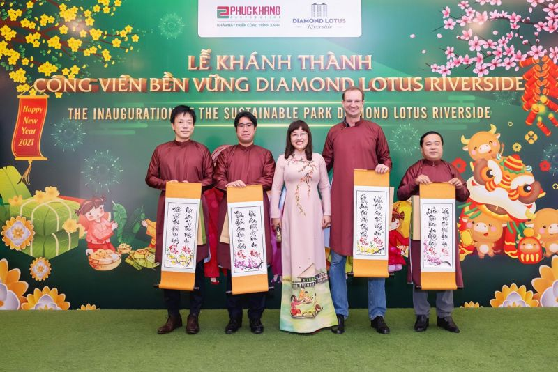 Bà Lưu Thị Thanh Mẫu – TGĐ Phuc Khang tặng đôi liễn câu đối cho đại diện chính quyền địa phương, đơn vị liên doanh PKMC và đơn vị thiết kế cảnh quan Land Mark