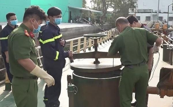 Lực lượng chức năng lấy mẫu xăng dầu trên tàu của các đối tượng