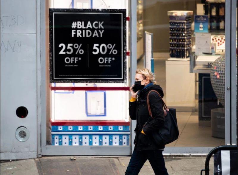 Biển quảng cáo giảm giá 25 - 50% dịp Black Friday 2020 tại Mỹ. (Ảnh: Getty Images).