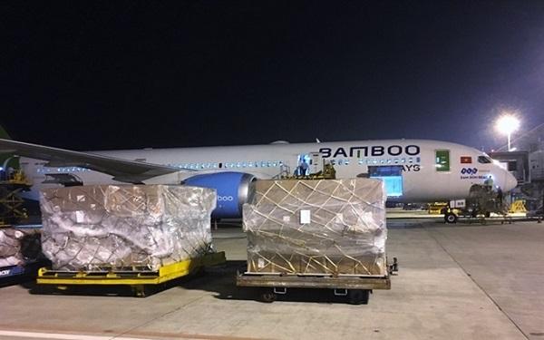 Máy bay của Bamboo Airways tham gia chở hàng cứu trợ đồng bào miền Trung bị lũ lụt