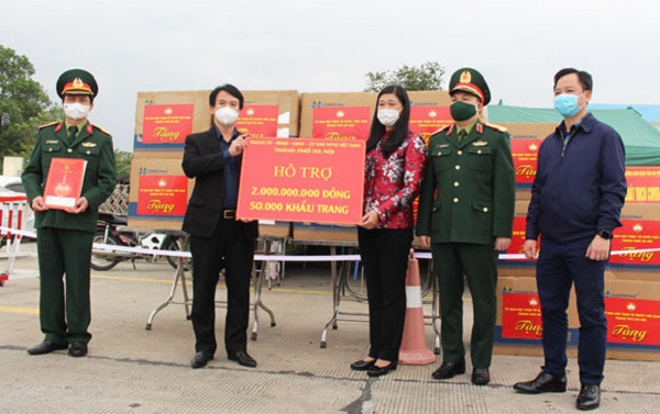Chủ tịch UBMTTQ thành phố Hà Nội Nguyễn Lan Hương (thứ ba từ trái qua) trao quà hỗ trợ cùng chính quyền và nhân dân tỉnh Hải Dương chống dịch