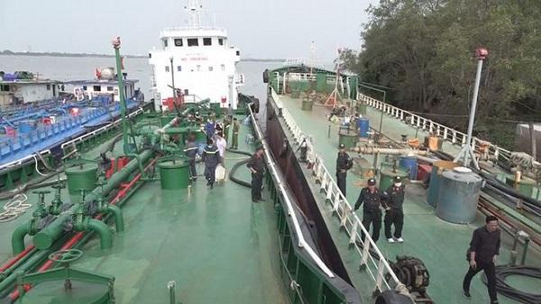 Một chiếc tàu của nhóm tội phạm bị Ban chuyên án kiểm tra, bắt giữ