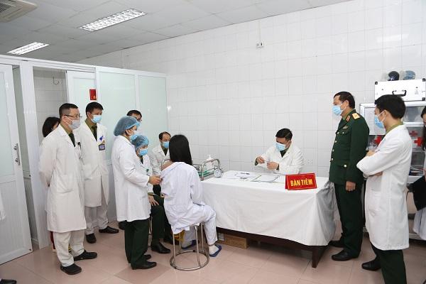 Tiêm mũi vắc-xin đầu tiên ngừa Covid-19 Nano Covax nhóm liều 50mcg cho tình nguyện viên nữ.
