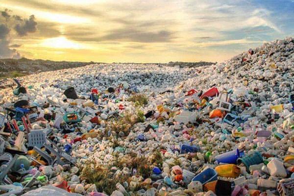 Tác hại nguy hiểm nhất của rác nhựa chính là tính chất rất khó phân hủy. Ảnh: Internet