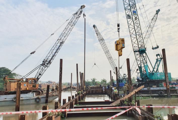 Tiền Giang đã cho xây dựng đập thép tạm trên tuyến kênh xáng Long Định để phục vụ cho việc ngăn mặn từ sông Tiền xâm nhập vào bên trong nội đồng.