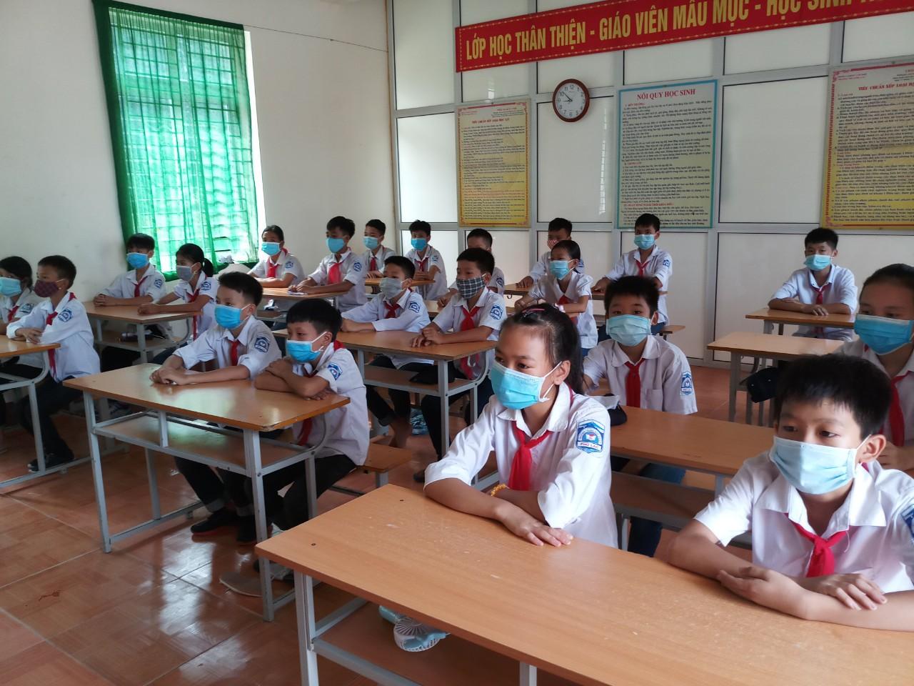 Các học sinh của trường Tiểu Học Phương Xá huyện Cẩm Khê, Thực hiện Nghêm việc đeo khẩu trang y tế.