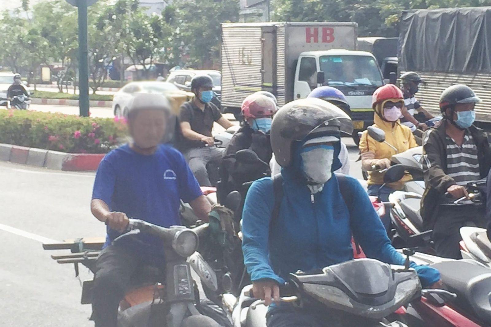 Ảnh : Một số người không đeo khẩu trang khi tham gia giao thông.