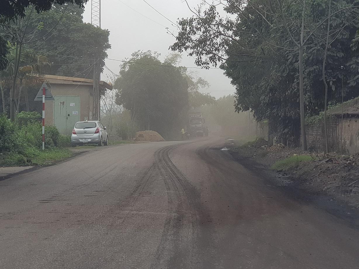 Một đoạn tỉnh lộ 323 bụi mù mịt khiến người dân bức xúc nhiều ngày qua