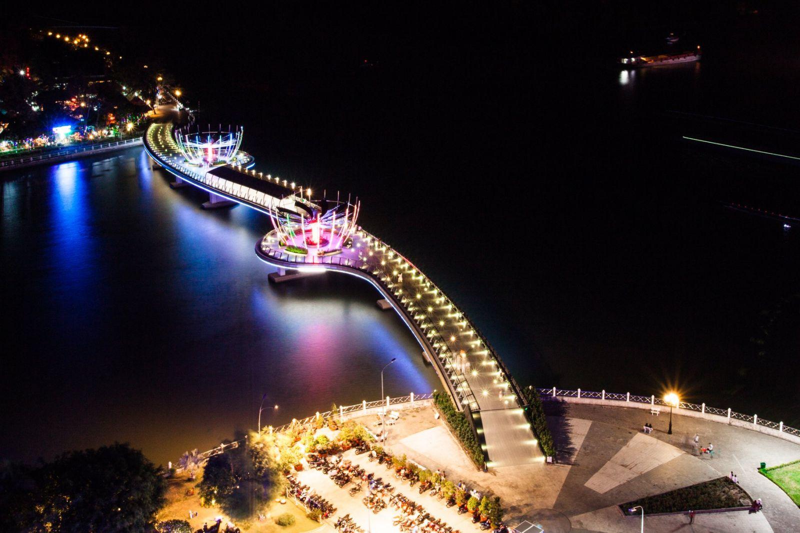 Cầu đi bộ Ninh Kiều là một trong những điểm thu hút rất đông khách du lịch và người dân đến chơ