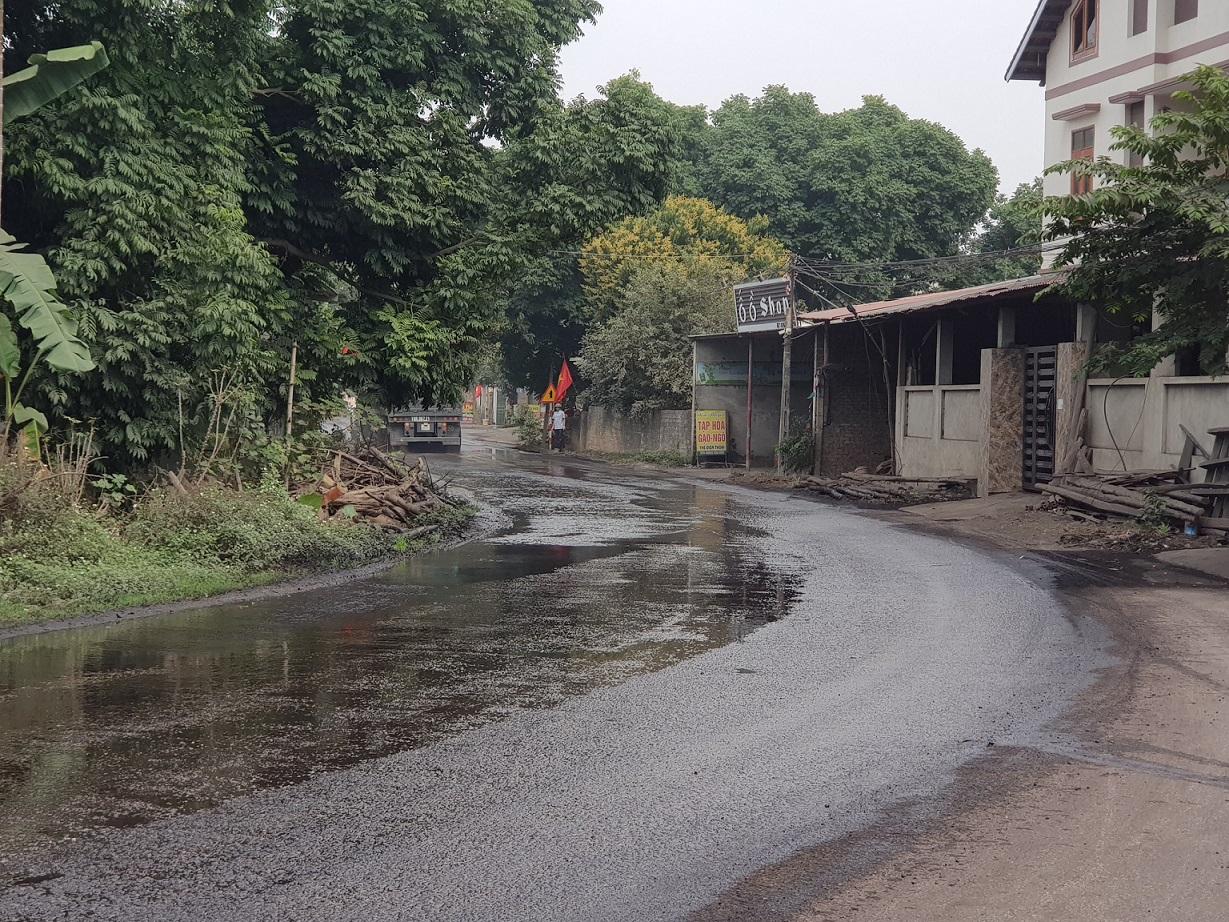 Cung đường gần bên cảng của Công ty giấy Bãi Bằng đã được tưới nước biến thành bùn lầy