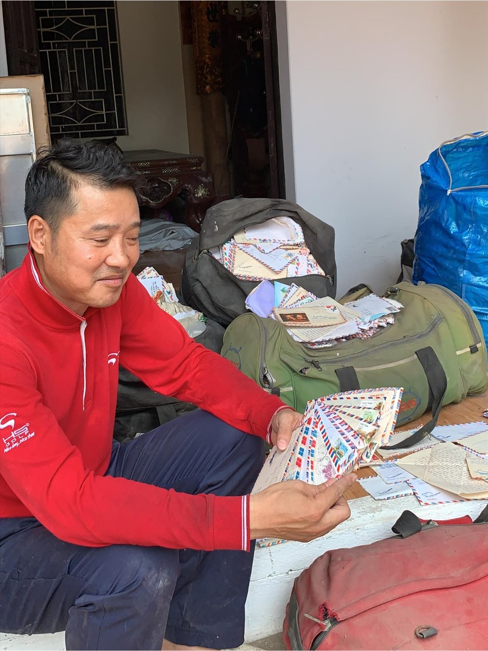 """Nguyễn Hồng Sơn """"khoe"""" những bức thư tay mà người hâm mộ gửi cho anh. Ảnh: Facebook nhân vật"""